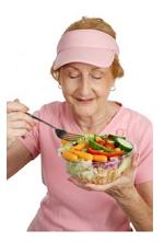 salade etende oudere dame